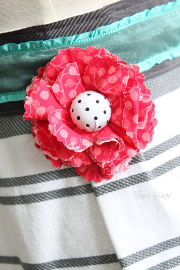 Add a easy fabric flower to an apron via fynesdesigns.com