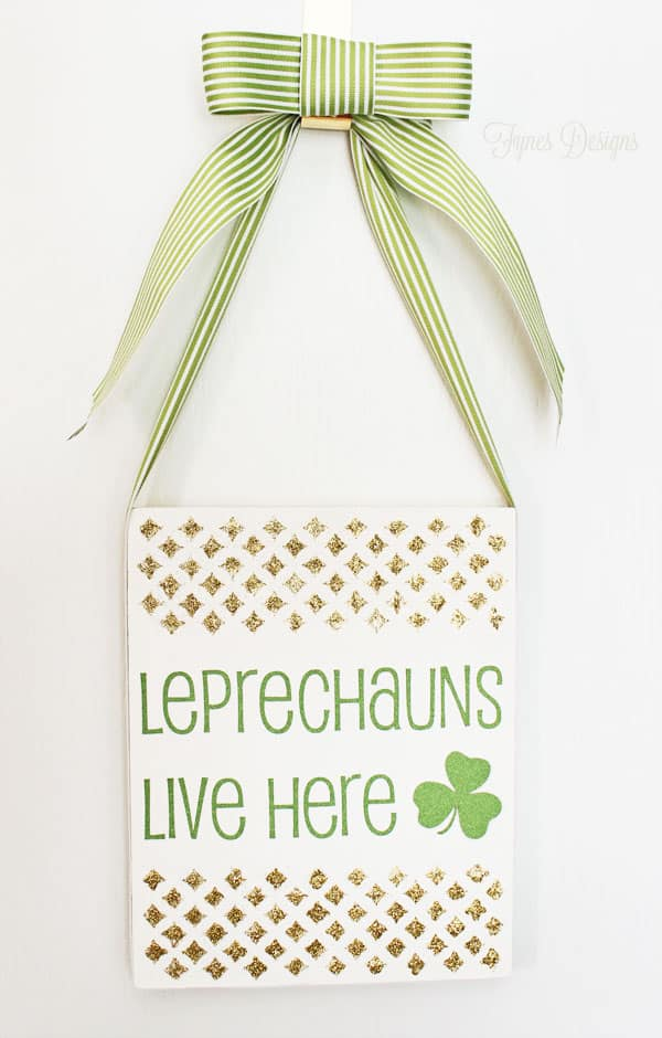 Fun and easy St. Patrick's Day glitter sign #hoilday #stpats #green #shamrock #leprechauns #holidaydecor