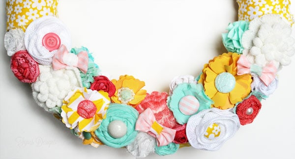 Fabric and ribbon flower wreath #fabric #flowers #diy #fabricflowers #crafts #wreaths